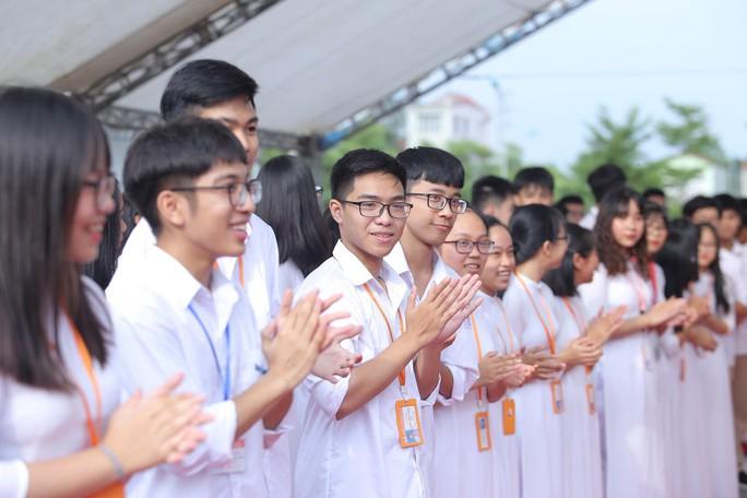 Thủ tướng Nguyễn Xuân Phúc đánh trống khai giảng năm học mới - Ảnh 3.