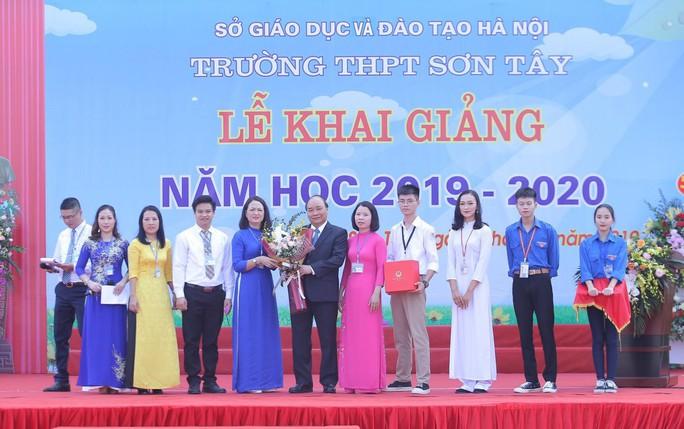 Thủ tướng Nguyễn Xuân Phúc đánh trống khai giảng năm học mới - Ảnh 8.