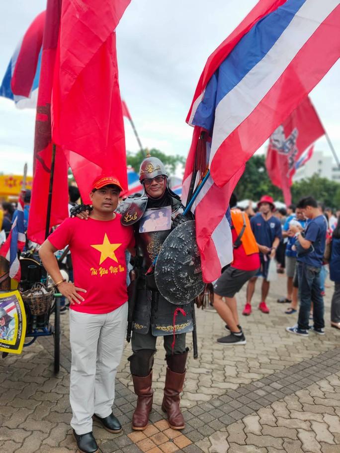 Tuyển Việt Nam gặp Thái Lan: Áo đỏ sao vàng nhuộm rực sân vận động - Ảnh 10.