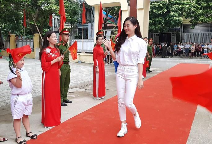 Hoa hậu Lương Thùy Linh trao mũ bảo hiểm cho học sinh trong ngày khai giảng - Ảnh 3.