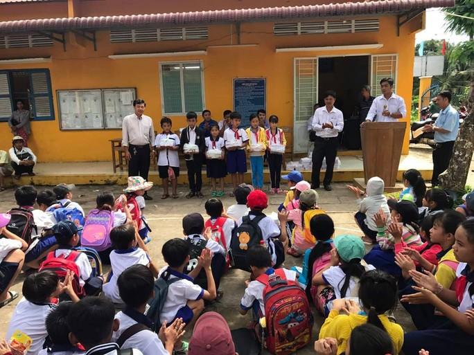Báo Người Lao Động trao quà và học bổng cho học sinh nghèo miền Tây - Ảnh 6.