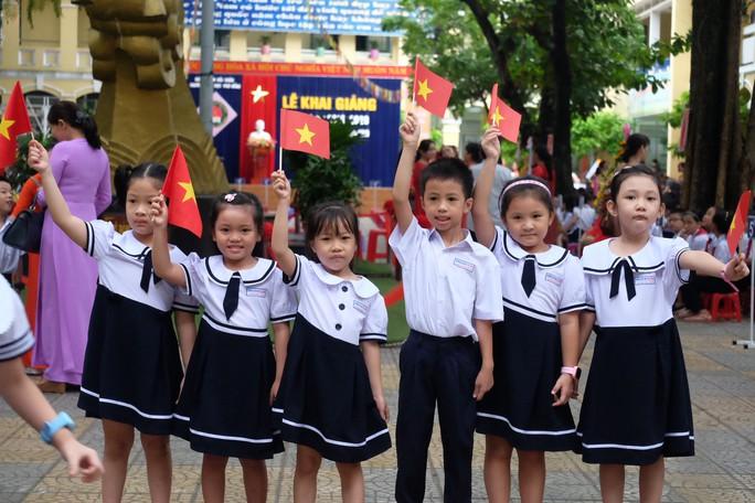 Ngày khai giảng: Không bóng bay, bộ đội cõng học sinh đến trường - Ảnh 6.