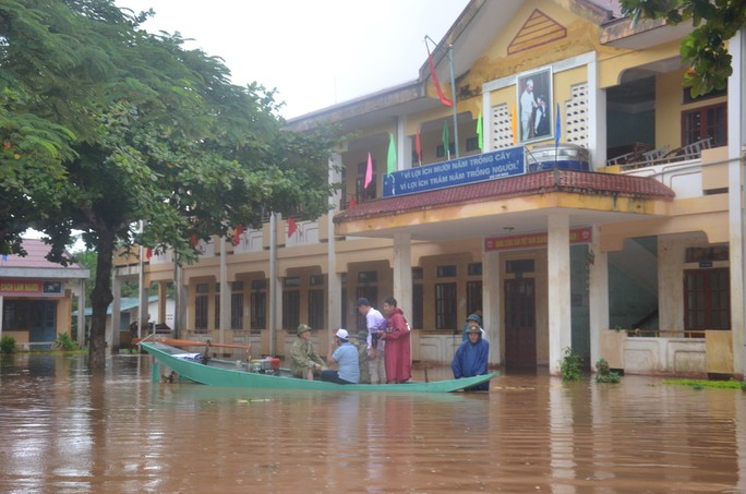Trường Tiểu học xã Văn Hóa (huyện Tuyên Hóa, Quảng Bình) nước ngập vào trường buộc phải hoãn lễ khai giảng