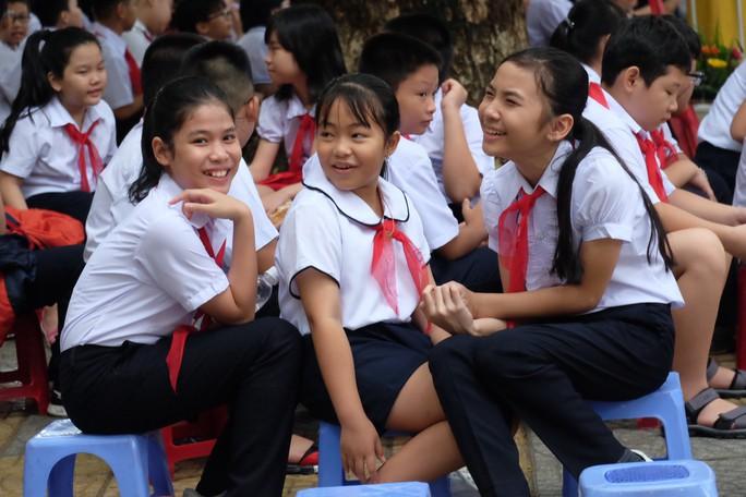 Ngày khai giảng: Không bóng bay, bộ đội cõng học sinh đến trường - Ảnh 7.