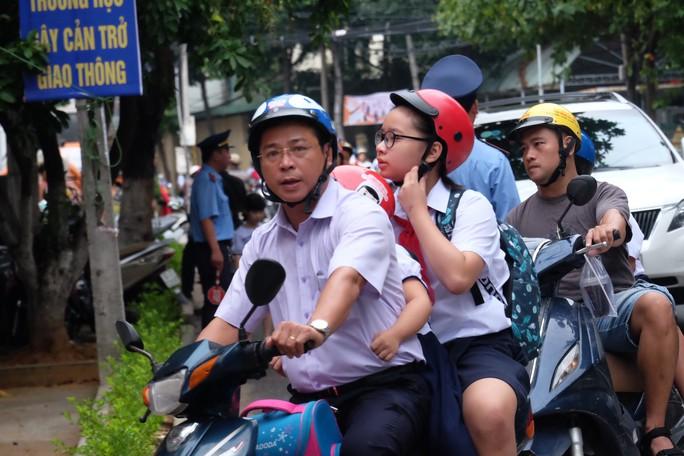 Ngày khai giảng: Không bóng bay, bộ đội cõng học sinh đến trường - Ảnh 5.