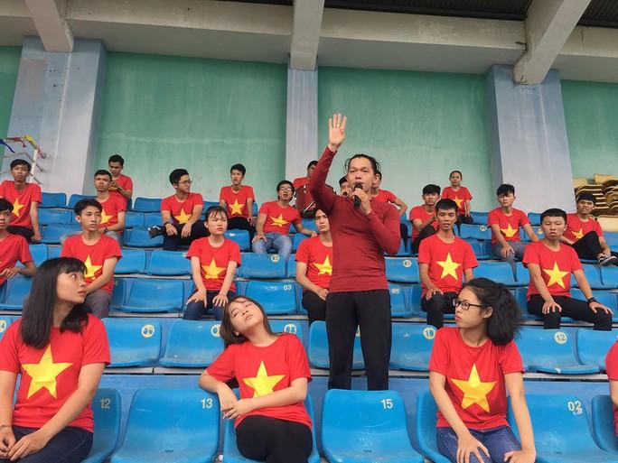 2.000 người đồng diễn kết hợp hát cổ động hâm nóng trận Thái Lan – Việt Nam - Ảnh 7.
