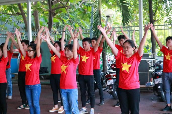 2.000 người đồng diễn kết hợp hát cổ động hâm nóng trận Thái Lan – Việt Nam - Ảnh 5.