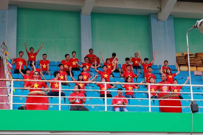 2.000 người đồng diễn kết hợp hát cổ động hâm nóng trận Thái Lan – Việt Nam - Ảnh 1.