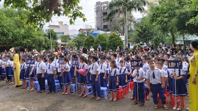 Ngày khai giảng: Không bóng bay, bộ đội cõng học sinh đến trường - Ảnh 17.
