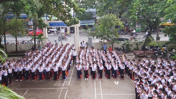 Ngày khai giảng: Không bóng bay, bộ đội cõng học sinh đến trường - Ảnh 18.