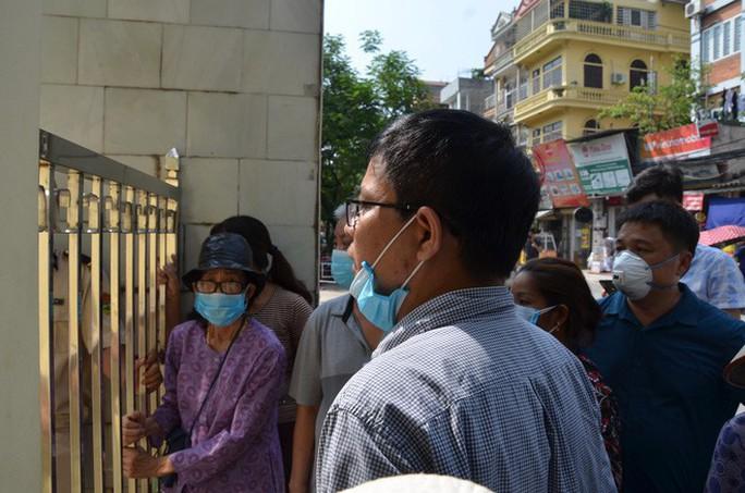 Người dân bịt khẩu trang kéo đến nhà máy Rạng Đông đòi đối thoại - Ảnh 6.
