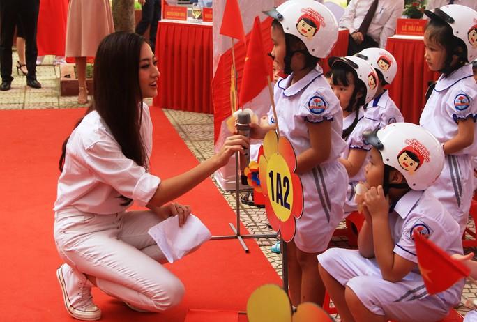 Hoa hậu Lương Thùy Linh trao mũ bảo hiểm cho học sinh trong ngày khai giảng - Ảnh 10.