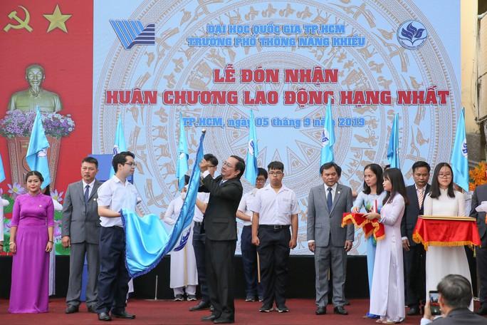 Lễ đón nhận huy chương lao động hạng 1 tại trường phổ thông năng khiếu ĐHQG TPHCM - ảnh Hoàng Triều 1
