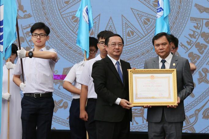 Lễ đón nhận huy chương lao động hạng 1 tại trường phổ thông năng khiếu ĐHQG TPHCM - ảnh Hoàng Triều 3