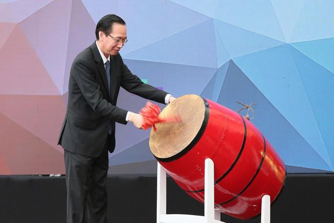Phó Chủ tịch UBND TPHCM Lê Thanh Liêm đánh trống khai giảng - ảnh Hoàng Triều 2