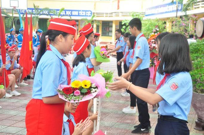 Ngày khai giảng: Không bóng bay, bộ đội cõng học sinh đến trường - Ảnh 9.
