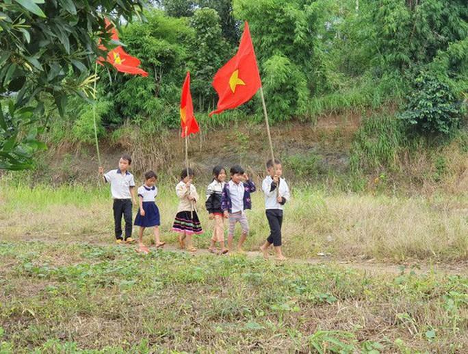 Ngày khai giảng: Không bóng bay, bộ đội cõng học sinh đến trường - Ảnh 1.