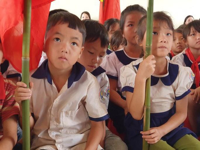 Ngày khai giảng: Không bóng bay, bộ đội cõng học sinh đến trường - Ảnh 2.