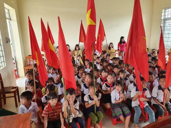 Ngày khai giảng: Không bóng bay, bộ đội cõng học sinh đến trường - Ảnh 3.