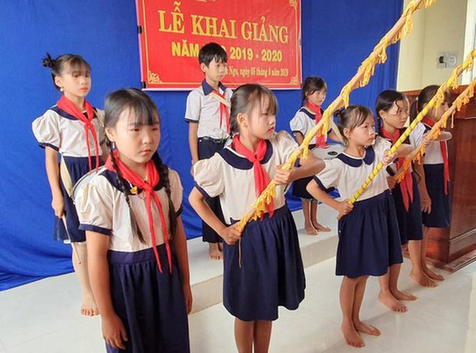 Ngày khai giảng: Không bóng bay, bộ đội cõng học sinh đến trường - Ảnh 4.