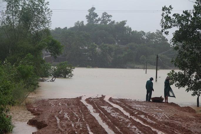 Hàng loạt trường học ở Nghệ An và Hà Tĩnh hoãn khai giảng do mưa lũ - Ảnh 3.