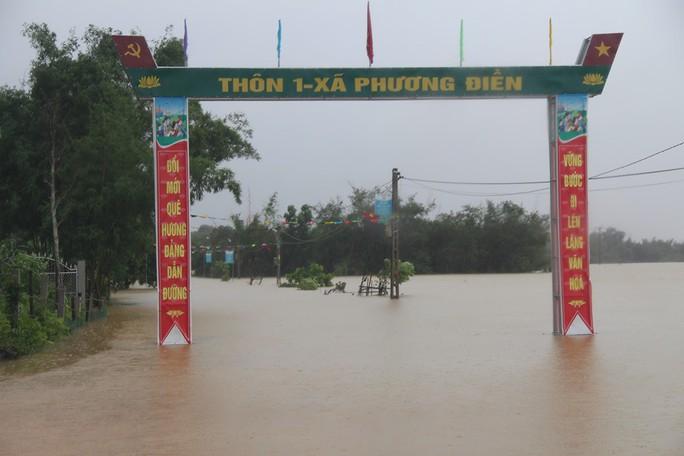 Hàng loạt trường học ở Nghệ An và Hà Tĩnh hoãn khai giảng do mưa lũ - Ảnh 2.