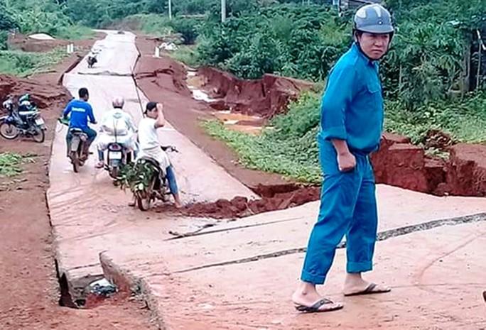 Đường bê tông 80 tỉ đồng sụt lún, nứt toác sau mưa - Ảnh 1.