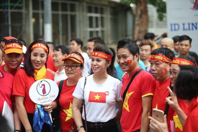 Bà Lê Hoàng Diệp Thảo sang Thái Lan thưởng nóng tuyển Việt Nam - Ảnh 2.