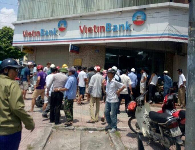 Mang súng giả xông vào ngân hàng VietinBank cướp - Ảnh 1.