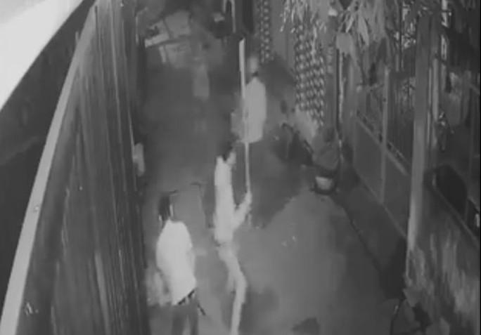 2 anh em bị truy sát bằng dao và côn ba khúc - Ảnh 1.