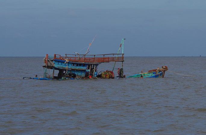 Sóng đánh chìm tàu cá, 1 người chết, 5 người mất tích - Ảnh 1.