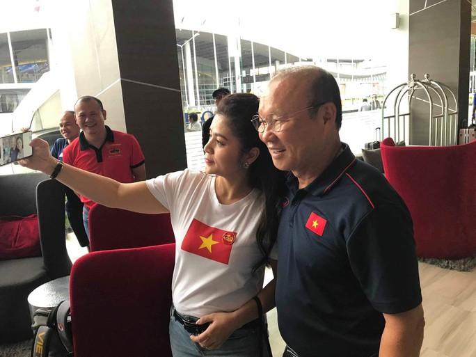 Bà Lê Hoàng Diệp Thảo sang Thái Lan thưởng nóng tuyển Việt Nam - Ảnh 3.
