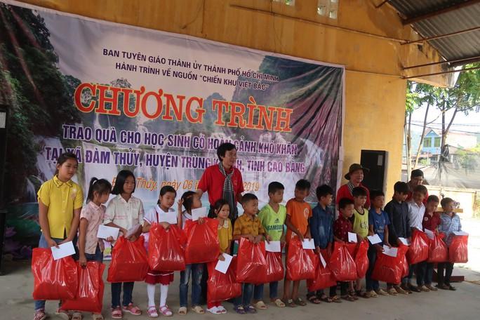 Đoàn cán bộ TP HCM dâng hoa, dâng hương đền thờ Chủ tịch Hồ Chí Minh tại Khu Di tích lịch sử Pác Bó - Ảnh 7.