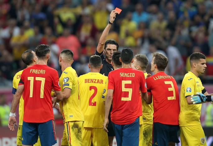 Thẻ đỏ oan nghiệt, tuyển Tây Ban Nha hút chết tại Romania - Ảnh 8.