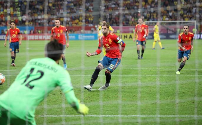 Thẻ đỏ oan nghiệt, tuyển Tây Ban Nha hút chết tại Romania - Ảnh 4.