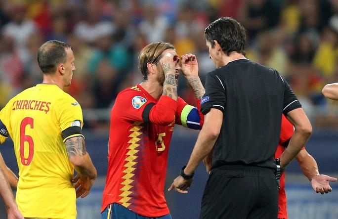 Thẻ đỏ oan nghiệt, tuyển Tây Ban Nha hút chết tại Romania - Ảnh 5.