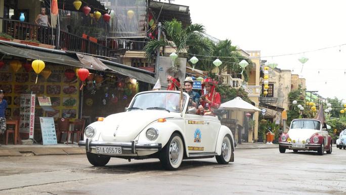 Ngắm dàn xe cổ ba miền đất nước diễu hành tại Hội An - Ảnh 8.