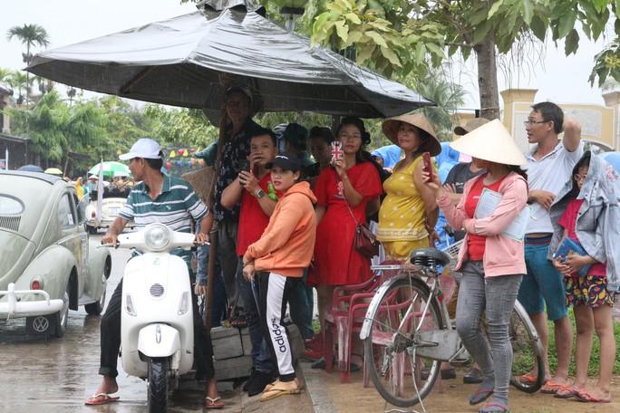 Ngắm dàn xe cổ ba miền đất nước diễu hành tại Hội An - Ảnh 9.