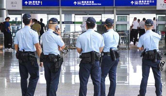 Người biểu tình Hồng Kông dùng chiêu trò trà trộn vào sân bay - Ảnh 3.