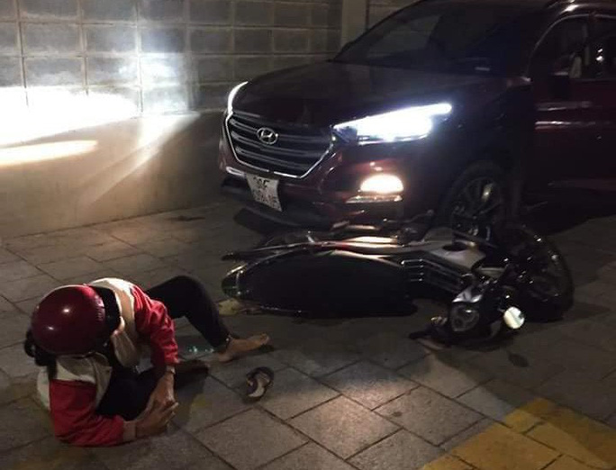 Công an triệu tập kẻ dùng ô tô húc 2 người bị thương nặng - Ảnh 1.