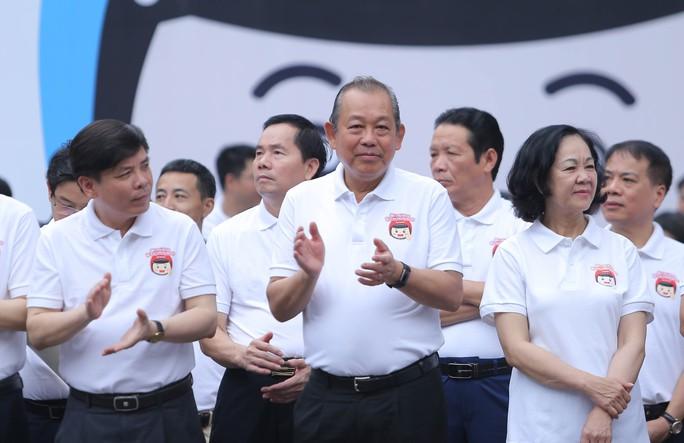 Phó Thủ tướng Trương Hoà Binh cùng 3.000 học sinh đi bộ vận động Đội mũ bảo hiểm cho trẻ em - Ảnh 3.