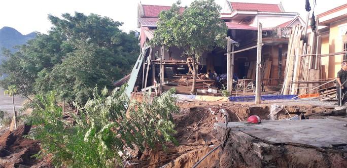 Cận cảnh sạt lở ven Sông Gianh, nhiều nhà dân nguy cơ bị hà bá nuốt chửng - Ảnh 1.