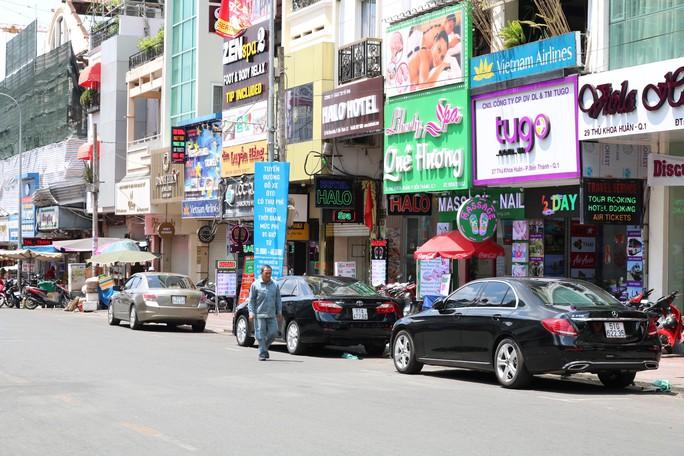 Mở rộng thu phí ôtô đậu dưới lòng đường toàn địa bàn TP HCM - Ảnh 1.