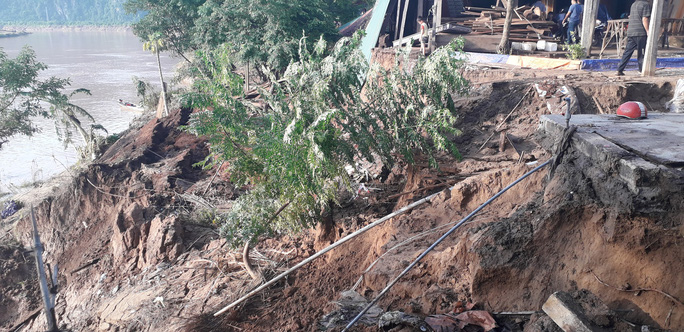 Cận cảnh sạt lở ven Sông Gianh, nhiều nhà dân nguy cơ bị hà bá nuốt chửng - Ảnh 3.