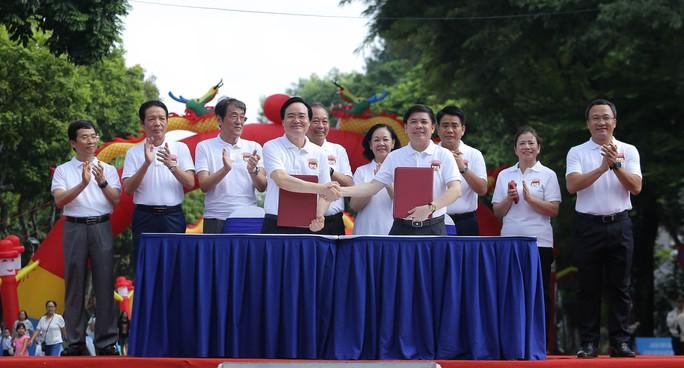 Phó Thủ tướng Trương Hoà Binh cùng 3.000 học sinh đi bộ vận động Đội mũ bảo hiểm cho trẻ em - Ảnh 4.