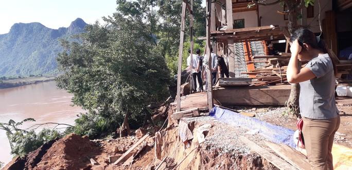Cận cảnh sạt lở ven Sông Gianh, nhiều nhà dân nguy cơ bị hà bá nuốt chửng - Ảnh 4.