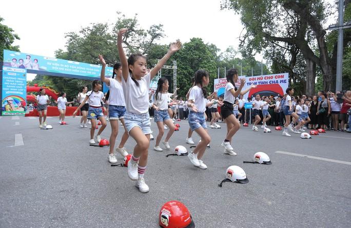 Phó Thủ tướng Trương Hoà Binh cùng 3.000 học sinh đi bộ vận động Đội mũ bảo hiểm cho trẻ em - Ảnh 9.