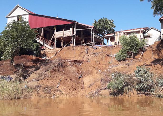 Cận cảnh sạt lở ven Sông Gianh, nhiều nhà dân nguy cơ bị hà bá nuốt chửng - Ảnh 6.