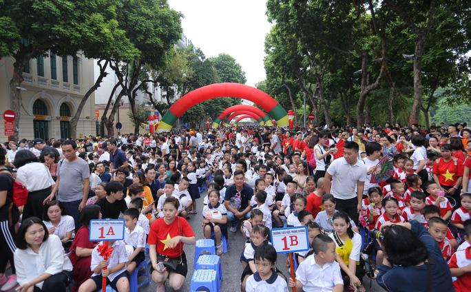 Phó Thủ tướng Trương Hoà Binh cùng 3.000 học sinh đi bộ vận động Đội mũ bảo hiểm cho trẻ em - Ảnh 7.