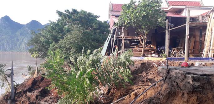 Cận cảnh sạt lở ven Sông Gianh, nhiều nhà dân nguy cơ bị hà bá nuốt chửng - Ảnh 7.